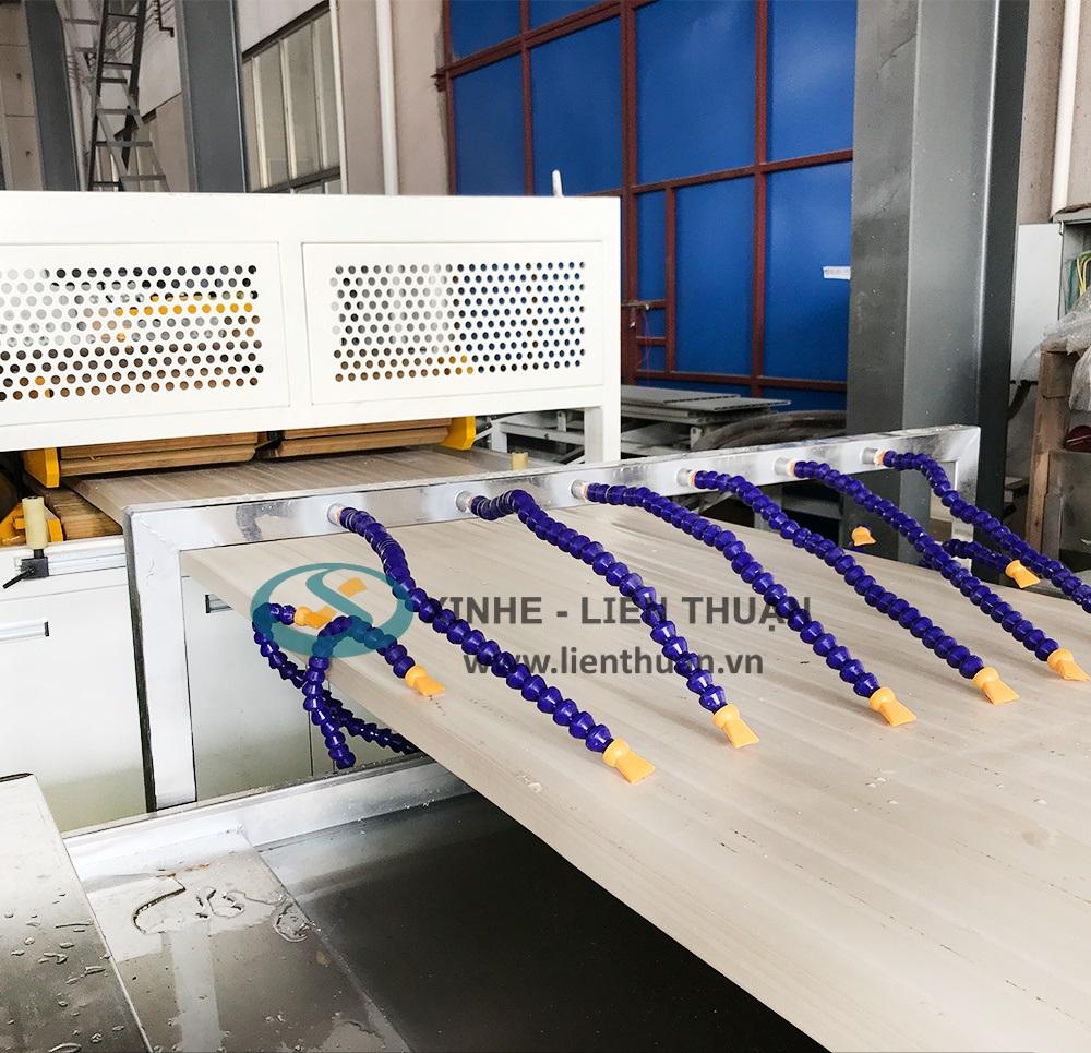 Máy sản xuất tấm cửa gỗ nhựa