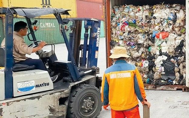 Nhiều container phế liệu bị bỏ ở cảng lâu ngày. Ảnh:N.M